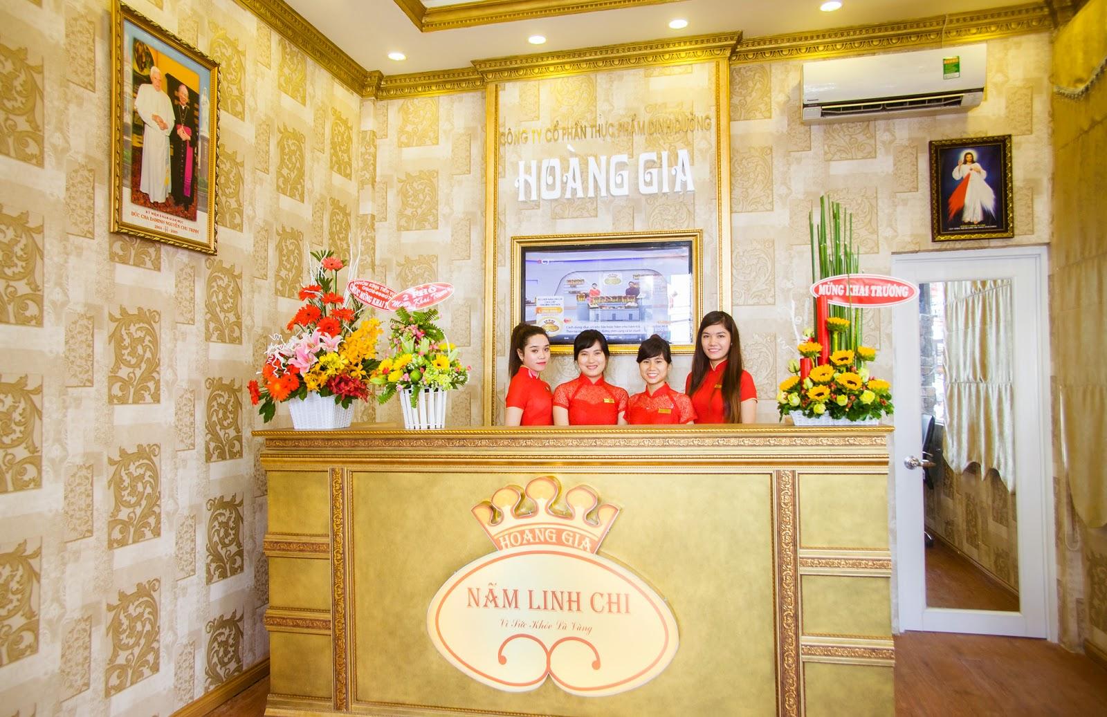Đội ngũ nhân viên bán hàng trẻ trung, năng động tại showroom của Nấm Linh Chi Hoàng Gia