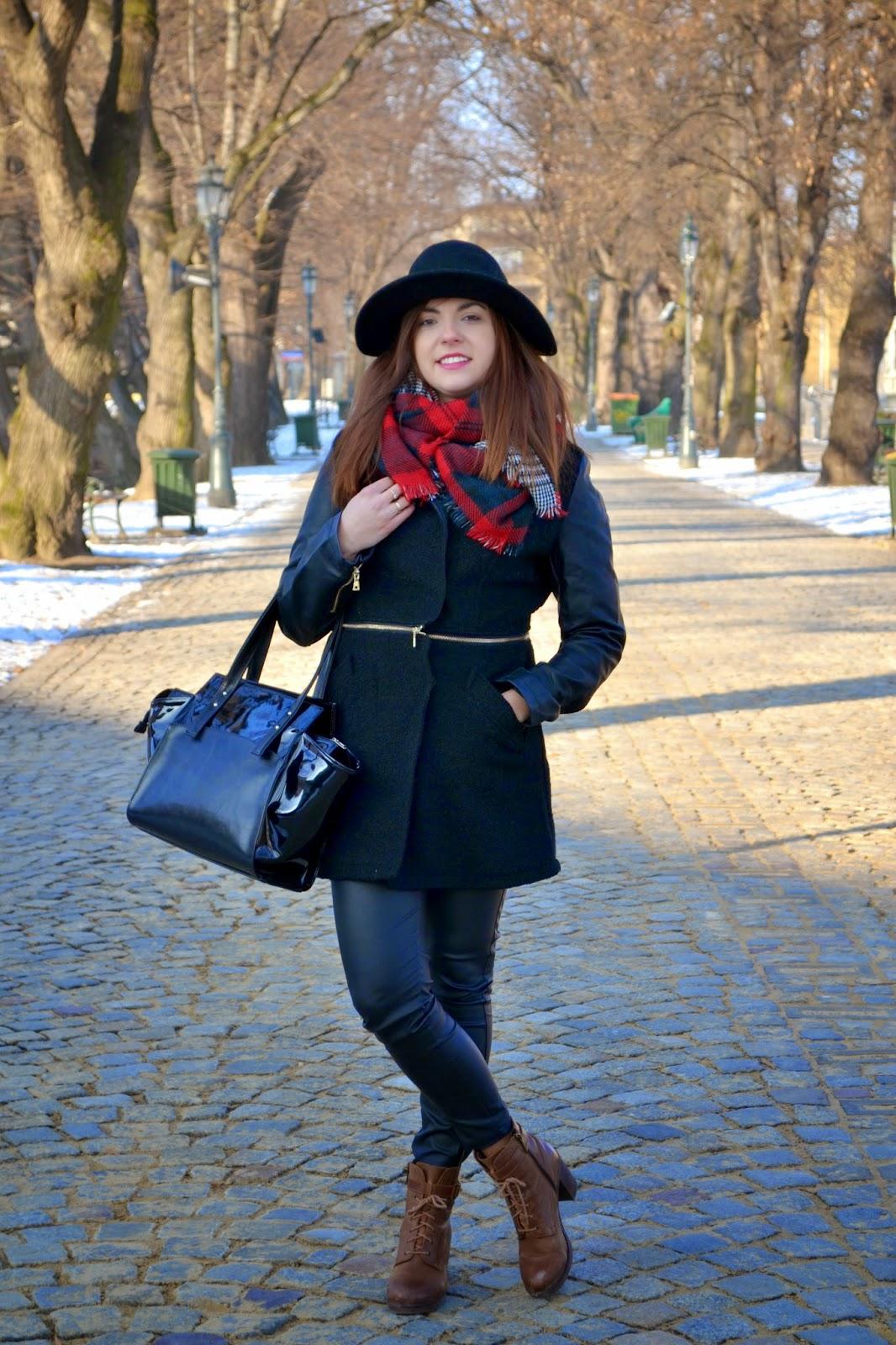 szal w krate, szal w kratkę, duży szal czarno-biały czerwony, czarny kapelusz, skórzane botki Lasocki, lakierowana torebka, kuferek, czarny płaszcz