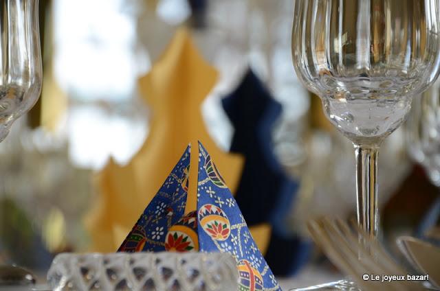 Table de Noël bleue blanche et dorée -
