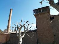 La xemeneia de Cal Marçal des del costat de ponent de la fàbrica