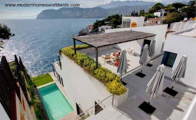 Villa contemporánea en desnivel sobre la costa de mar en Granada, España