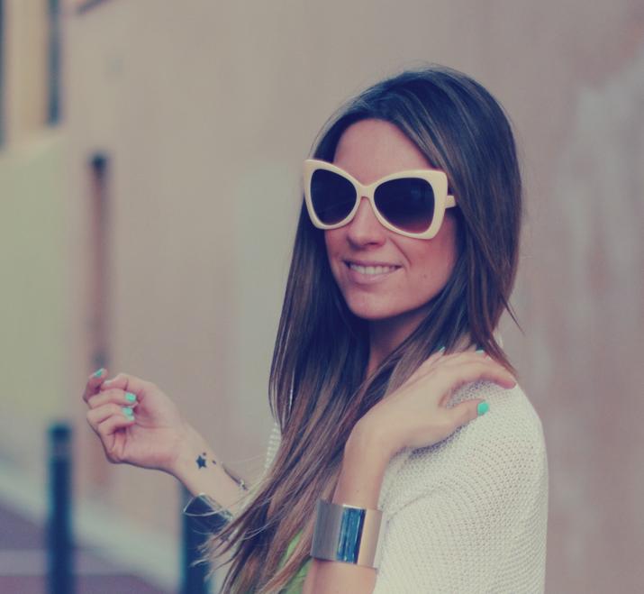 tatuaje temporal y uñas color pastel en blog de moda