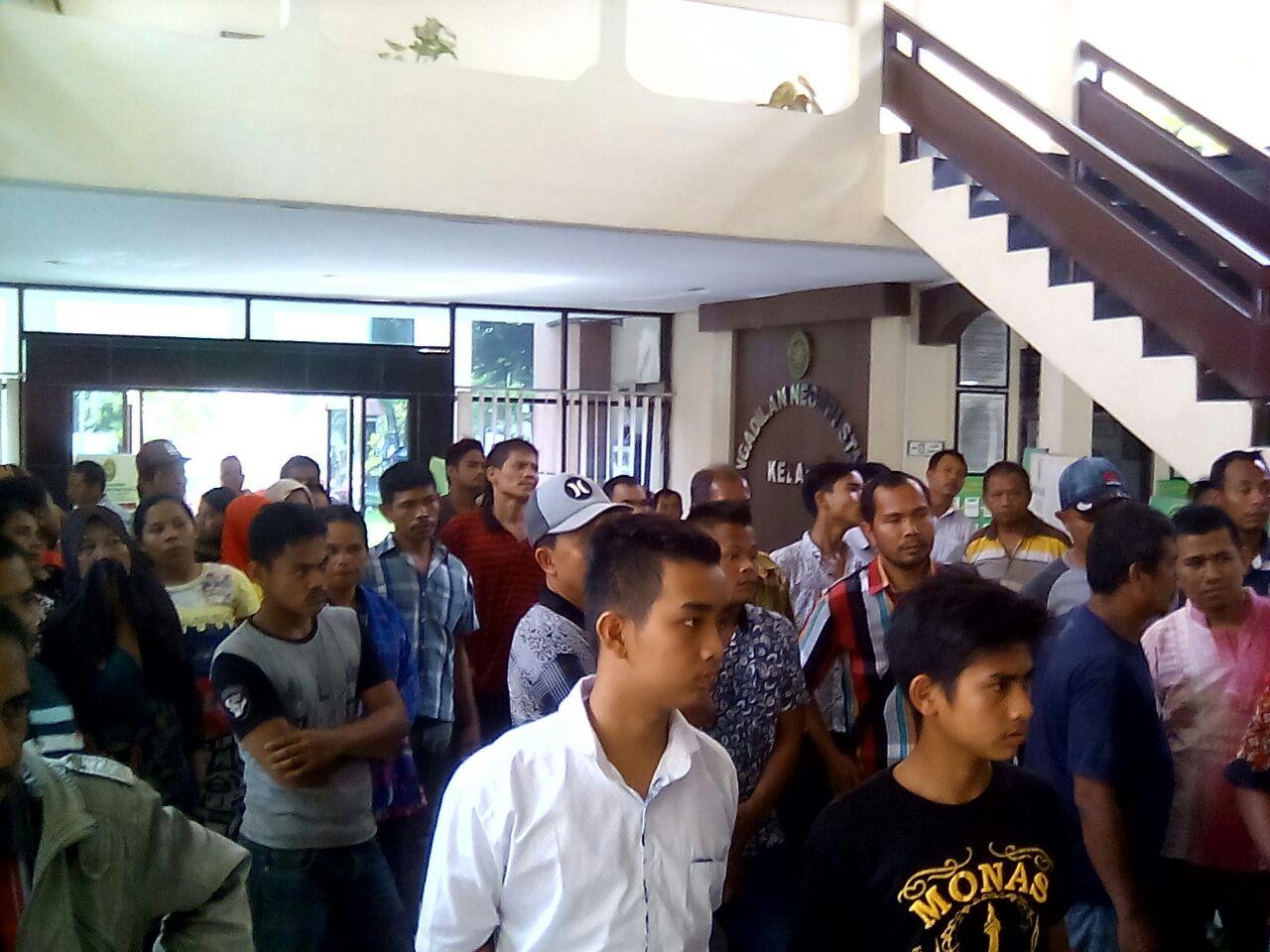 Dukung Kerabat, Puluhan Warga Kuala Datangi PN Stabat