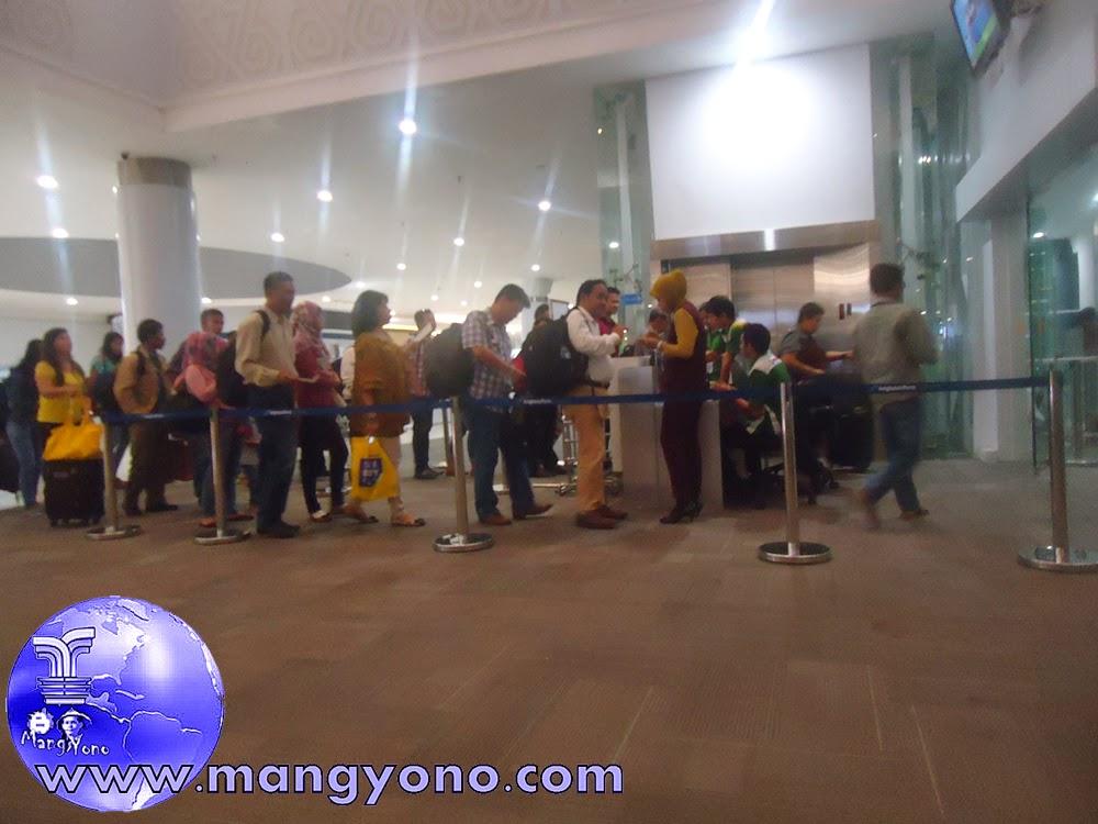 Mohon perhatian Para penumpang Pesawat Citilink silahkan  masuk Gate 4 dengan antri juga tentunya ya, Siapkan  Check in Tiket dan KTP atau identitas lain.  Pada Tgl. 8/12/2014