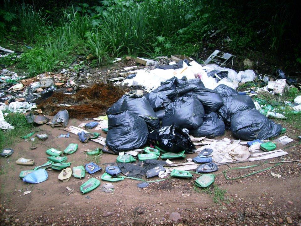 A prefeitura limpou o terreno na semana santa, mas o amontoado de lixo voltaram aparecer. (Foto: Manoellino Carvalho Netto