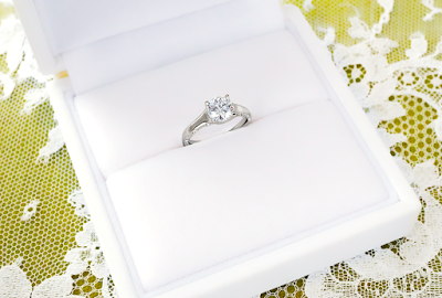 婚約指輪をユンヌピエールアンプリュスでリメイクして出来上がったリングを指輪のケースに納めた写真