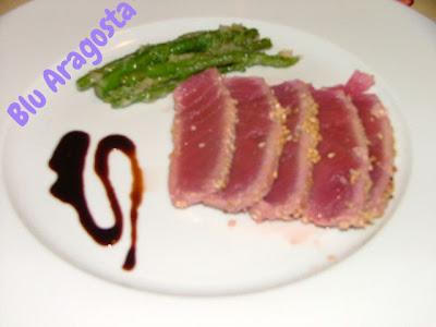 tonno scottato alla crema di aceto balsamico con tenpura di asparagi