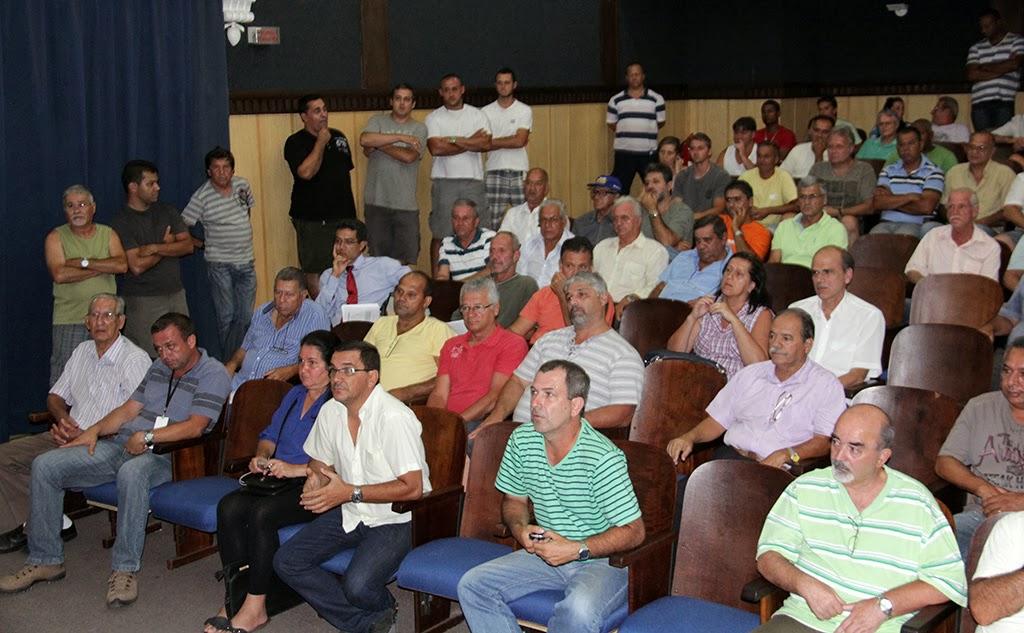 Taxistas participam de reunião sobre a padronização da cor dos táxis em Teresópolis