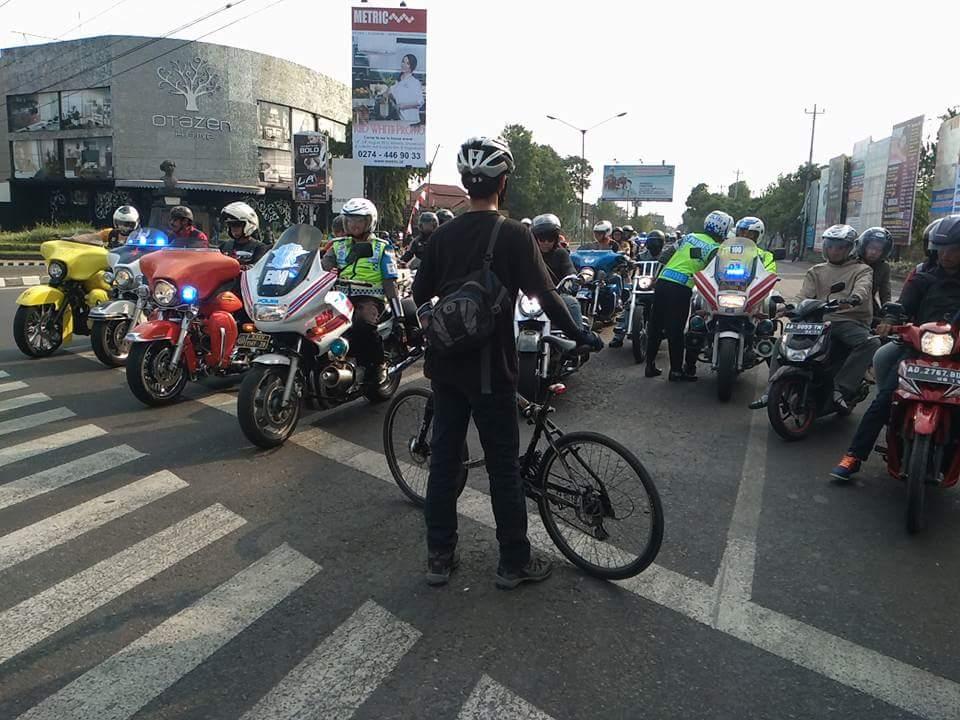 Konvoi Harley Davidson Dihadang Sepeda