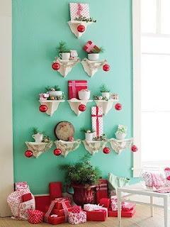 árvore de natal diferente feita com mini prateleiras