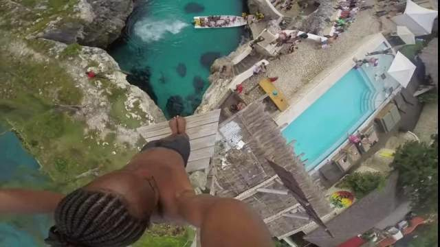 Son plongeon à 25 mètres de hauteur va vous donner le vertige