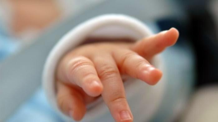 Perempuan Ini Hendak Memakan Bayi Yang Baru Dilahirkannya
