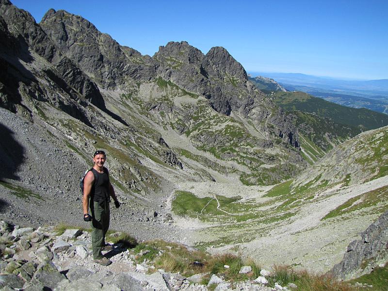 Widok na Dolinkę Kozią. Po drugiej stronie dolinki widać Zawratową Turnię (z lewej) i Kościelce (z prawej).