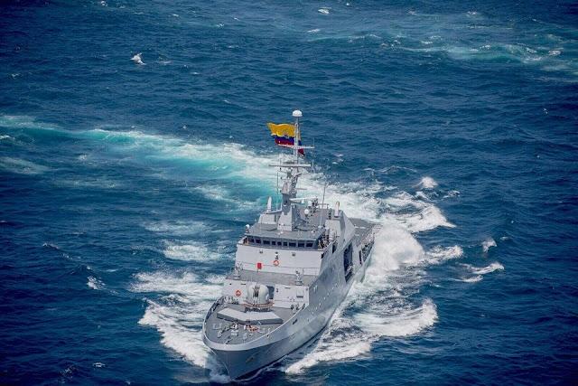 Buque de desembarco anfibio L51 Galicia y el ARC 7 de Agosto durante maniobras navales llevadas a cabo en el Oceáno Índico