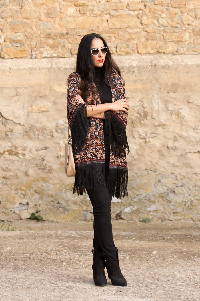 Blogger de Valencina muestra como combinar poncho de flecos y jeans de Zara colores negro y rojo