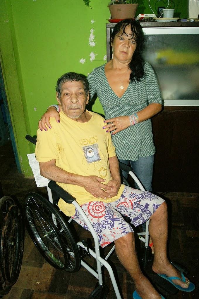 O senhor Osvaldo e sua cunhada Maria Lucia receberam a cadeira conseguida pela EJA