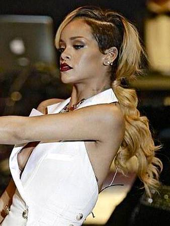 Rihanna Kazıtılmış Uzun Saçlar ve Rihanna Ense Hizası Dalgalı Saç Modeli