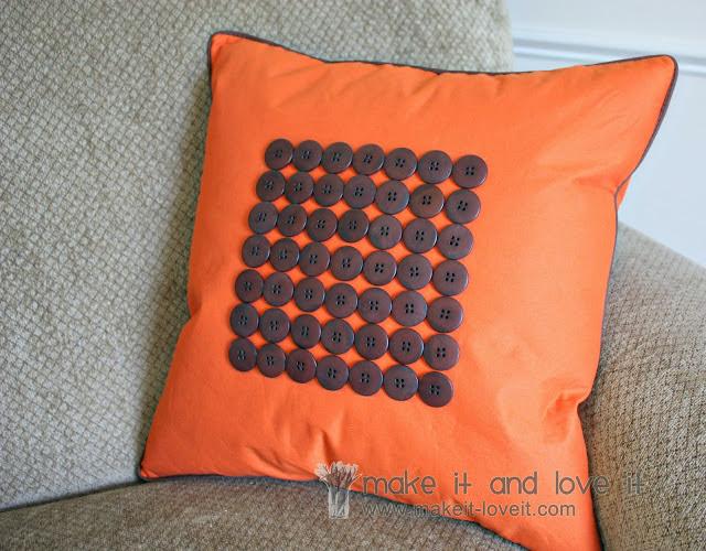 Restyling di un vecchio cuscino con il riciclo creativo bottoni