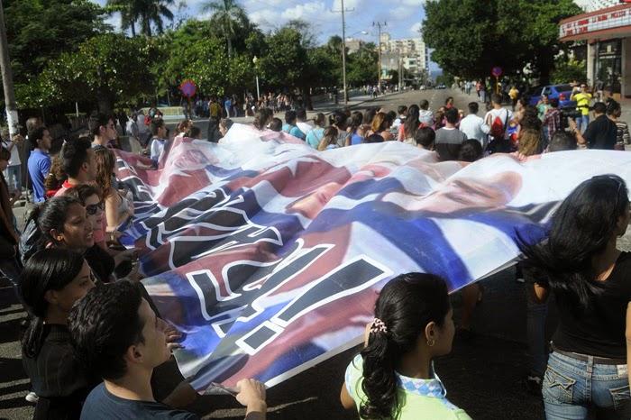 Aquí están los jóvenes marchando con alegría por la céntrica calle 23, en La Habana, tras la intervención especial del General de Ejército Raúl Castro Ruz, presidente de los Consejos de Estado y de Ministros, cuando anunció que el Gobierno de los Estados Unidos liberó a los tres antiterroristas cubanos, Antonio Guerrero Rodríguez, Gerardo Hernández Nordelo y Ramón Labañino, este 17 de diciembre de 2014.