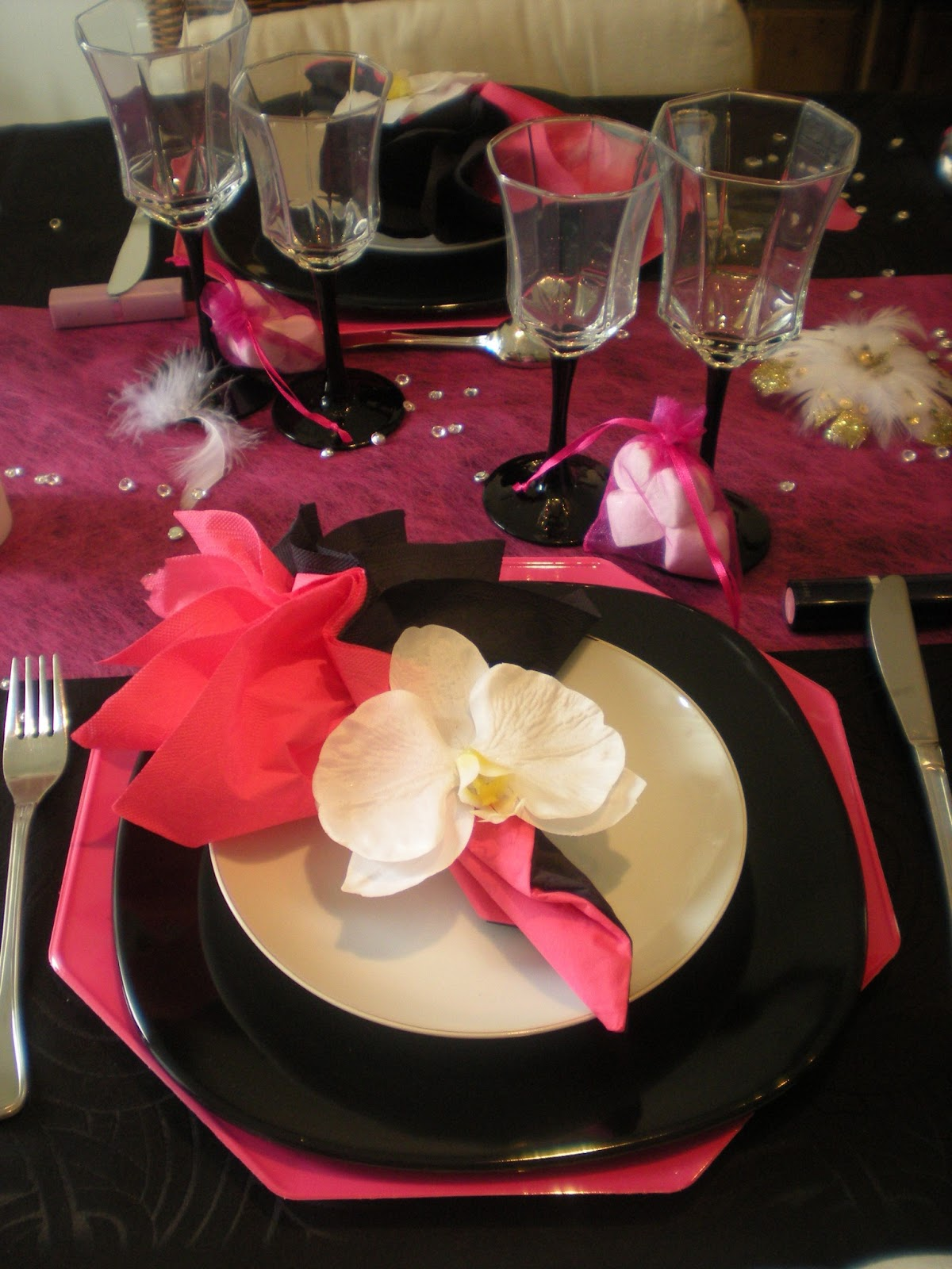 D co th mes d co de table girly en noir et rose fushia for Nappe et serviettes de table
