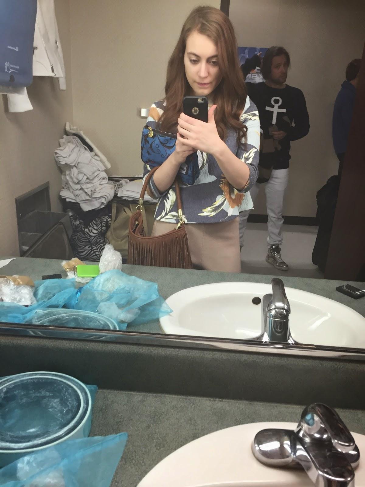 selfie-in-mirror-room