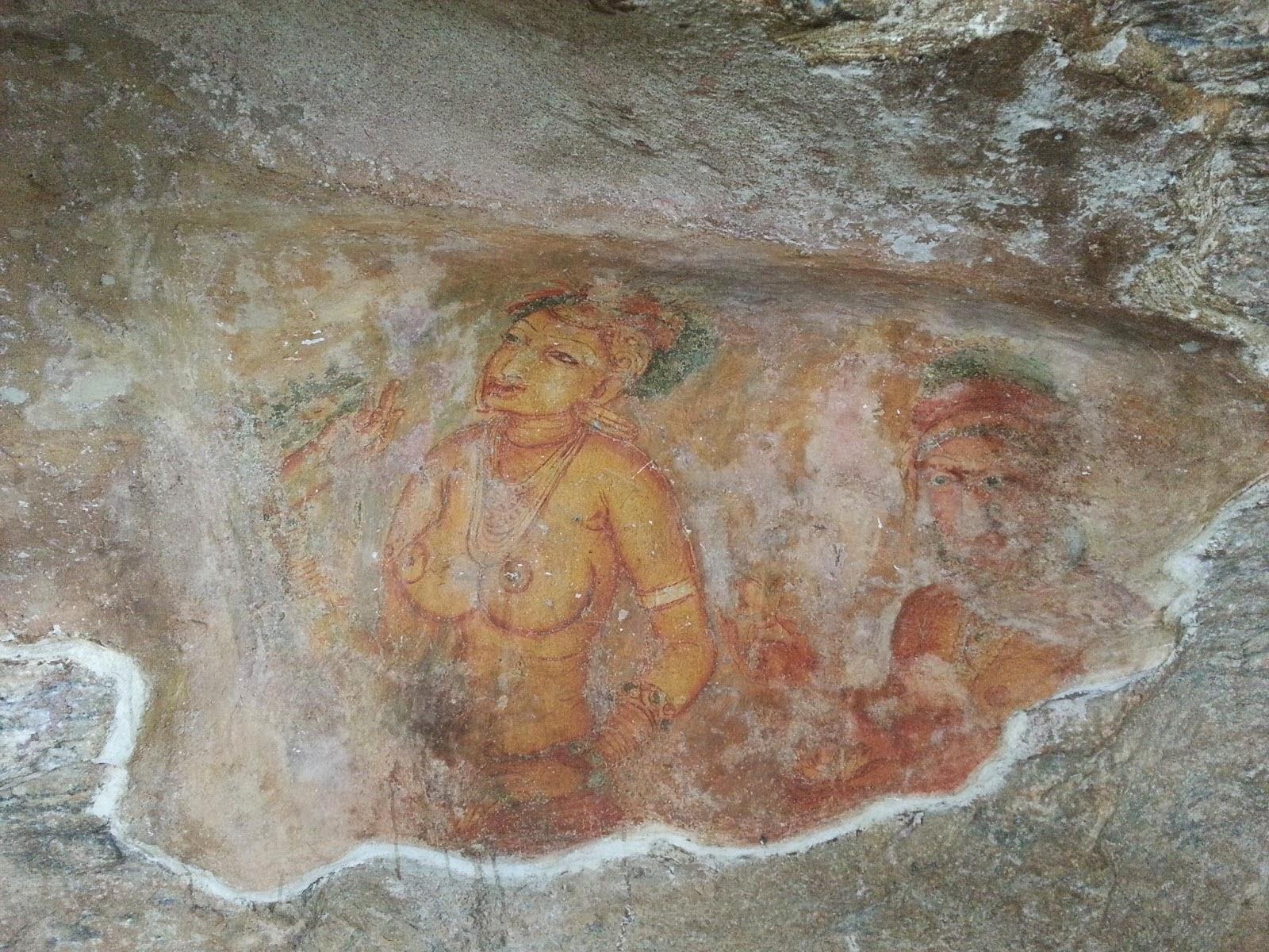 Фрески покрывают западную стену скалы, рисунки женщин обнаженной грудью, удивительное искусство древней Сигирии