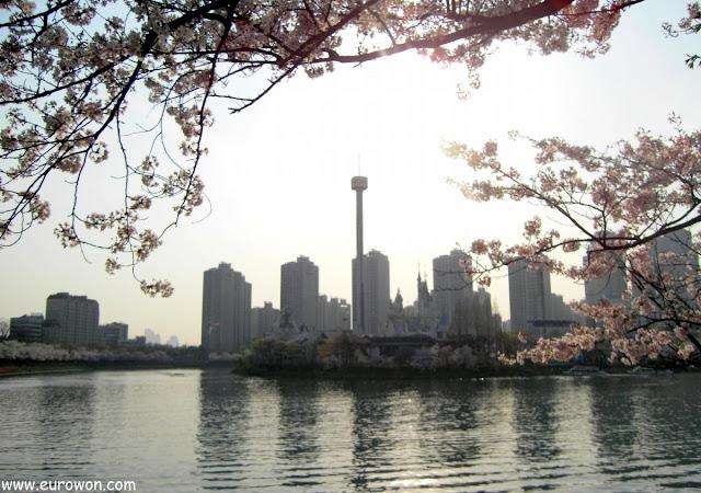 Isla Mágica de Lotte World tras las flores de cerezo del sur de Seúl