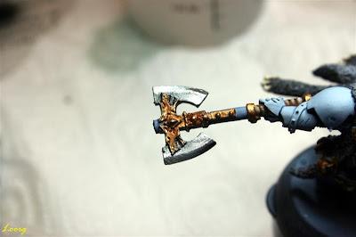 Logam Grimnar de los lobos espaciales de Warhammer 40000 otra foto con el hacha terminada