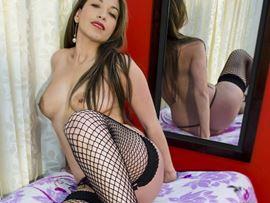 Mujer sensual llena de erotismo posa con las tetas al aire