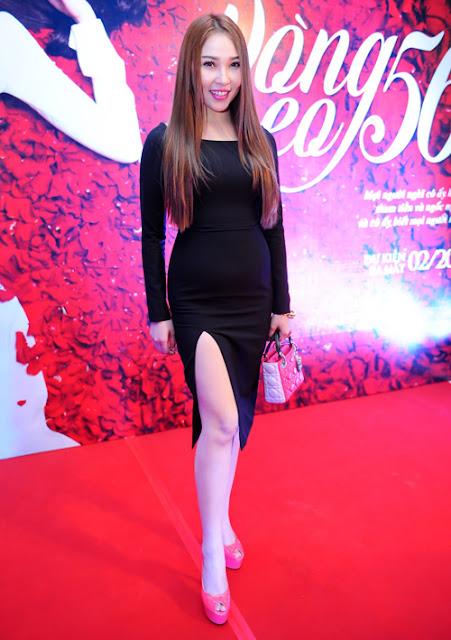 Quỳnh Thư chọn lựa váy đen ôm khít eo kèm đường xẻ chân váy để góp mặt tại một sự kiện.