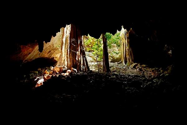La cueva representa el círculo de la vida y la muerte, el hombre debe pasar por la oscuridad y bajar al inframundo para después de un tiempo volver a la luz y renacer.  Para nosotros, igual que estos antiguos sacerdotes, el viaje a Xibalbá termina y nos toca volver a la luz y renacer.