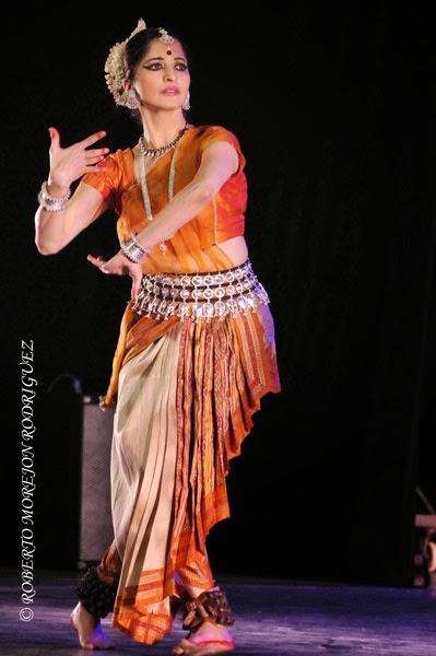Presentación del espectáculo Nrityarupa, selección de bailes folclóricos y clásicos hindúes, durante la inauguración oficial del Festival de la Cultura India, en el teatro Mella, en La Habana, Cuba