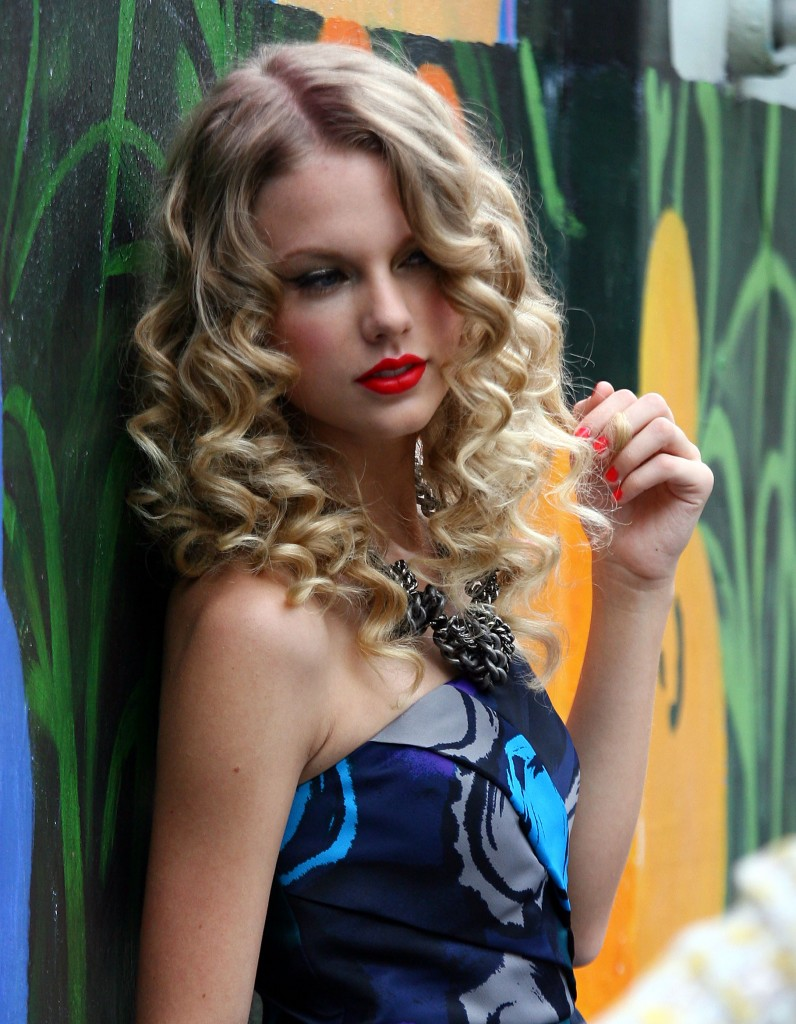 Ly Hairstyles: Taylor Swift long curly hairstyle