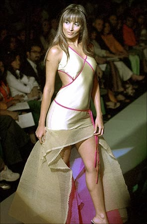 Malaika Arora Khan Walks On ramp showing her milky juicy tighs big legs show