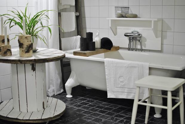hannashantverk.blogspot.se badrum badkar svart marmorgolv kabeltrumma