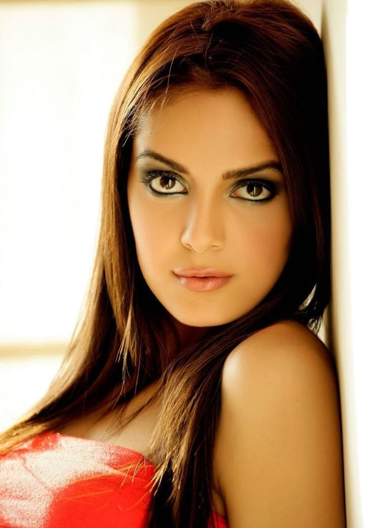 Shazahn Padamsee cleavage unseen close up rare pics