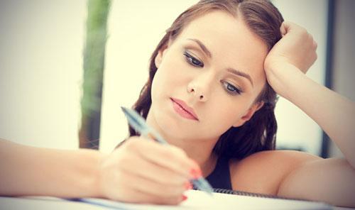 انواع الرجال التى لا تستطيع المرأة نسيانهم - امرأة تكتب بقلم فى ورقة - woman writing with pen on paper