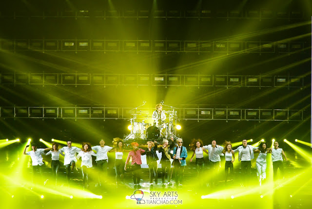 Group photo of BIGBANG and the dancers dancing together