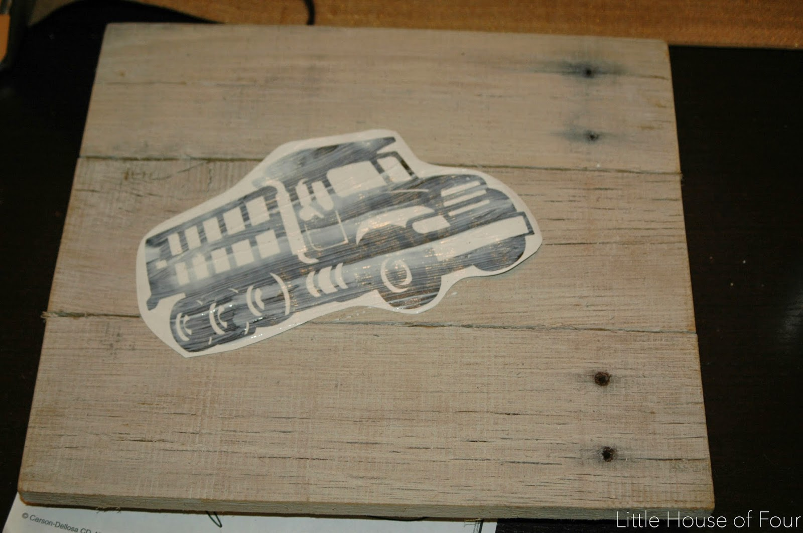 How To Transfer Images Onto Custom Pallet Frames.    Www.littlehouseoffour.com