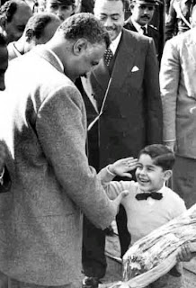 صورة نادرة للفريق السيسى  وهو طفل ويصافح فيها الرئيس الراحل جمال عبد الناصر