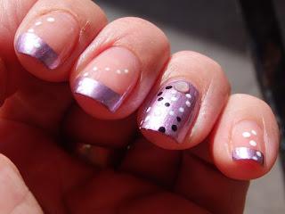 manicura lila con puntitos