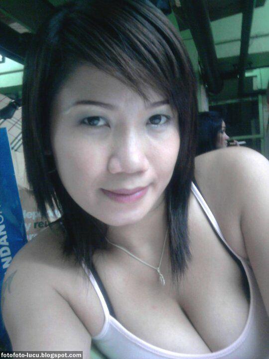 Tante China wajah oriental, putih mulus bertato seksi, gaya narsis stw. senyumnya manis