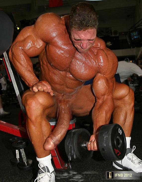 красивый мускулистый мужчина дрочит свой член смотреть на планшете