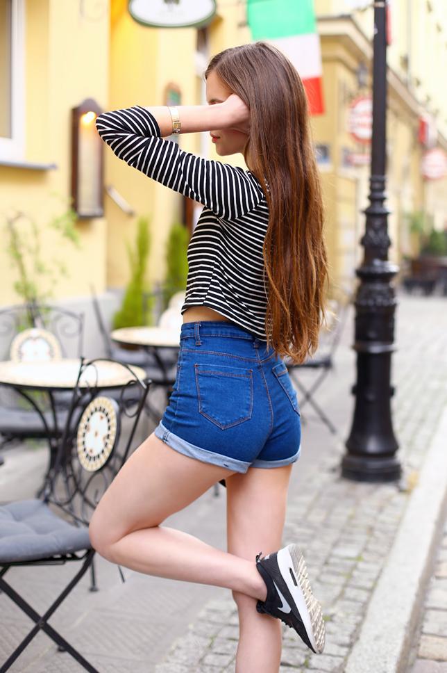bluzka w paski czarno-biała niebieskie szorty tyłem