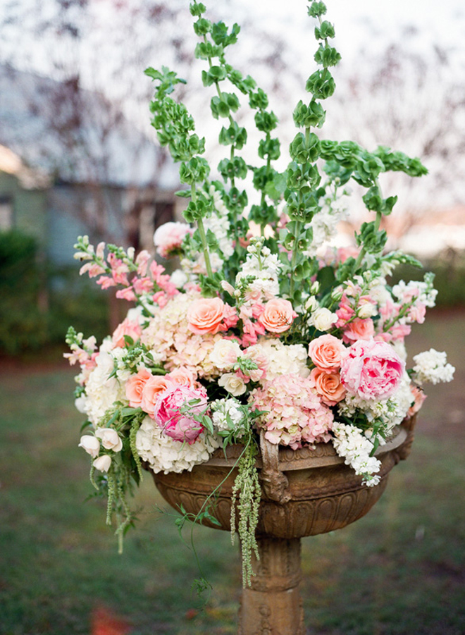 10 steal worthy flower arrangements for your wedding ceremony