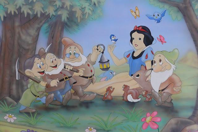 Malowanie bajek na ścianie, aranżacja pokoju w motyw z bajki Królewna śnieżka i 7 krasnoludków.