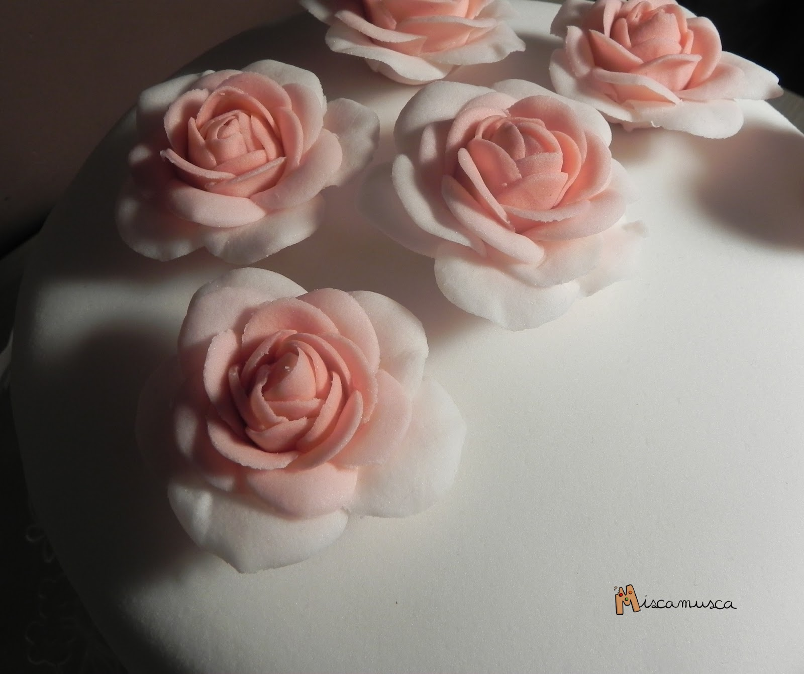 Pastel fondant con rosas de pasta de goma