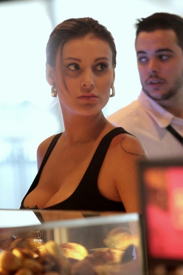 Miss BumBum Andressa Urach at Congonhas Airport in São Paulo. The model arrived in São Paulo using an all black look with a pair of well justinha.
