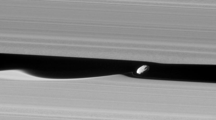 La NASA publica imágenes únicas de la luna Daphnis