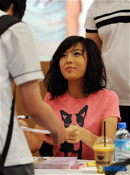 cute and charming kim yubin authograph signing